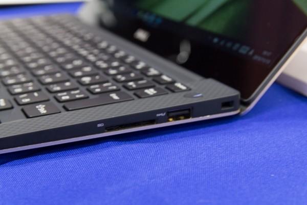 左側面にはSD/SDHC/SDXC対応メモリーカードスロット、USB3.0端子が配置
