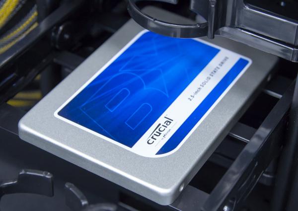 展示機ではSSDにSATA接続の「Crucial BX100」250GBモデルが使われていました