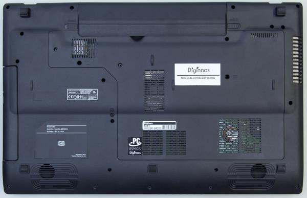 ボトムケースのカバーを外すことで、メモリーやストレージの換装も可能です
