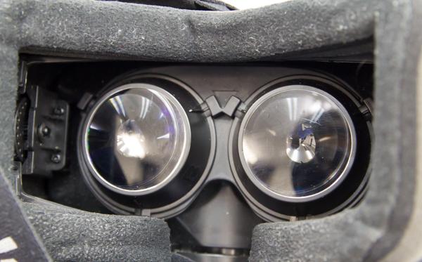 内部にはふたつのディスプレイが設置されており、視差を利用した3D表示を体験できます
