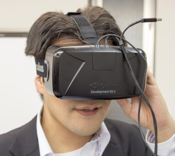 Oculus Riftを写真のように装着し、さらにヘッドホンも利用します ※写真はドスパラの方です。ご協力ありがとうございました