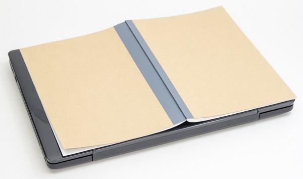 ノートを開いた状態(B4サイズ)よりも1.5cm弱小さい