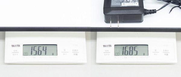 重量は実測で約1.56kg、電源アダプター込みで約1.68kgでした