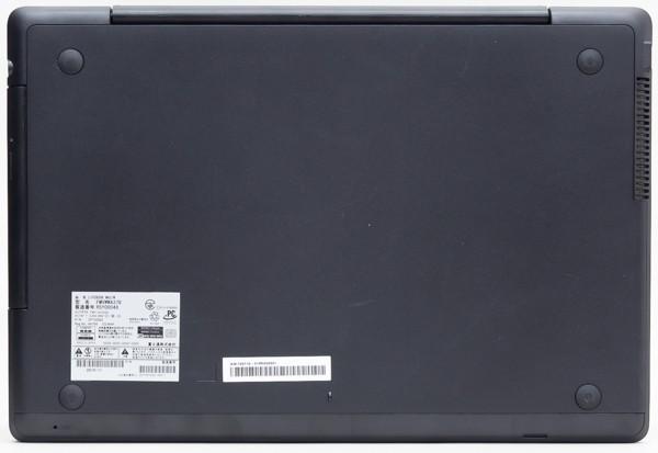LIFEBOOK WA3/Wの底面部。一見するとネジがなく、パーツやバッテリーが交換できないように思えます