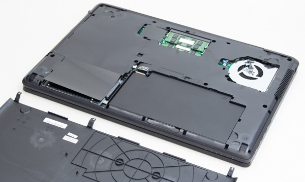 3つにネジを取り外すと、底面のカバーを取り外せます