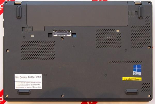 ボトムケースはThinkPad X250とほぼ同じ。一部の通気口が変わっていますが、このあたりはパーツ構成で変わる可能性があります