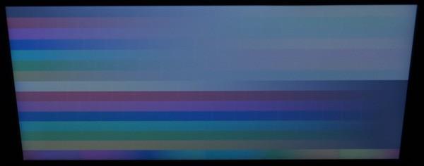 上方向から見ると映像が白くなるのはTNパネルの特徴です。普段はこの角度から見ることはないので、大きな問題ではないはず
