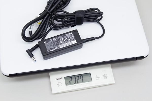 ノートパソコンとの合計重量は約2.3kgです