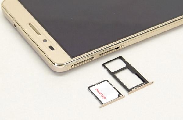 SIMスロットにはマイクロSIMカードを使用します。右側のスロットは、microSDメモリーカード用としても利用可能
