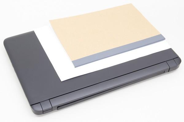 一般的なノート(B5サイズ)と書類'(A4サイズ)とのサイズ比較
