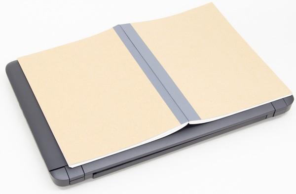 B5サイズのノートを見開きにした状態(B4サイズ)よりもふた回り程度大きめです