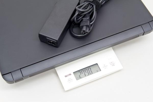ACアダプターと電源コード込みでは約2.8kg
