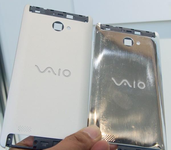 左がブラスト加工後で、右が加工前の状態。VAIOのロゴはレーザーエッチング加工です