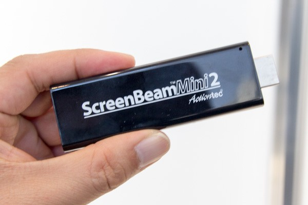 HDMI端子に直接挿して利用します