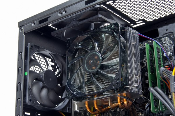 「静音パックまんぞくコース」の高性能クーラーが標準で取り付けられています。ケース上面と背面のエアインテークで、冷却効率も