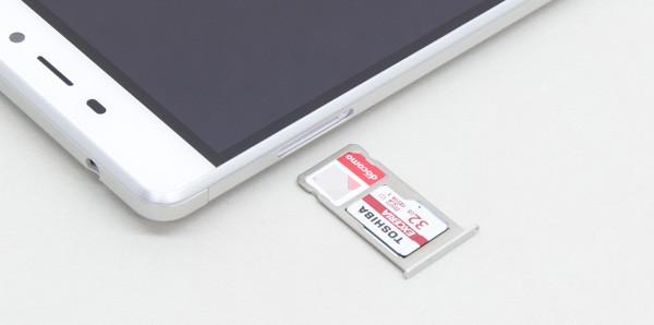 SIMカード+microSDカードで運用する場合は、それぞれのカードを写真のようにセットします