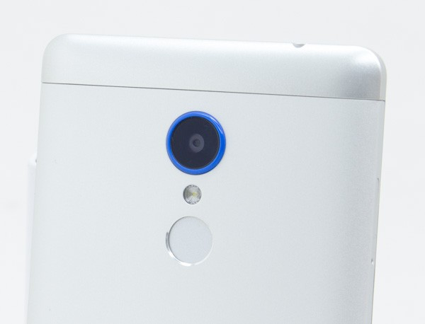 カメラのフチには、ブルーでテカテカのプラスチックが使われています