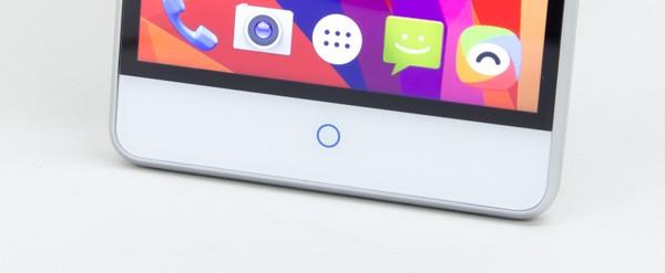 タッチ時に青く光るホームボタン。その両脇には「戻る や「アプリ履歴」が割り当てられていますが(位置は設定で入れ替え可能)、なにも表示がないのが残念