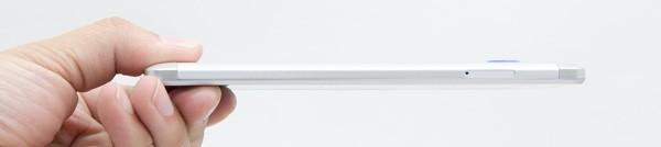 厚さは8.6mm。ややエッジがたったデザインなので、数値以上にシャープでスリムな印象を受けます