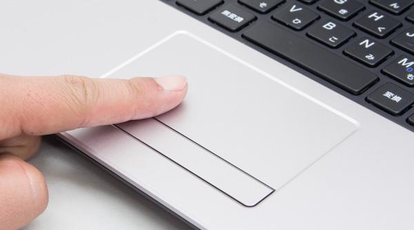 タッチパッドは比較的コンパクトなサイズ。パッド部分とボタンは分離していますが、左右のボタンが一体化しています