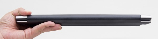 26.5mmの高さは特別薄くはありませんが、パソコンとしては標準的な厚みです
