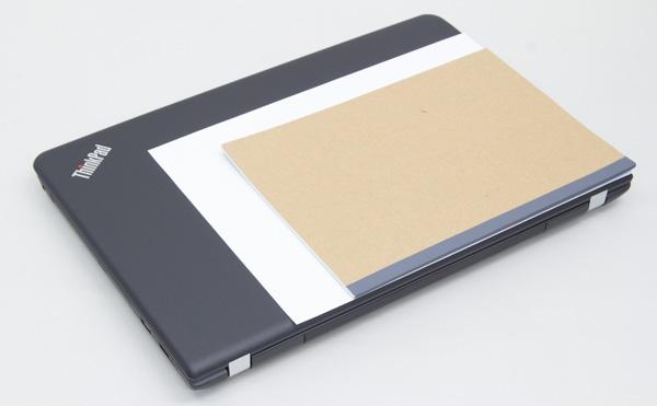 一般的な書類サイズのA4用紙と、ノートB5サイズとの比較