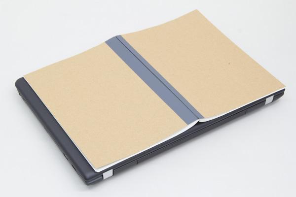 一般的なノートを開いたときの大きさ(B4サイズ)よりも、幅が少し長い程度です
