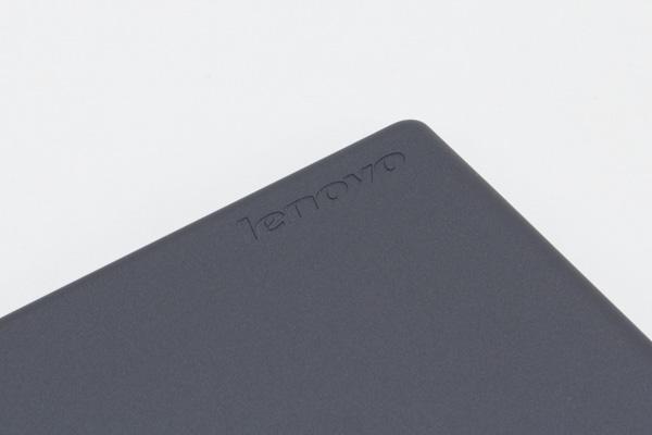 右下には「lenovo」の文字。素材は一般的な樹脂(プラスチック)ですが、安っぽさは感じられません