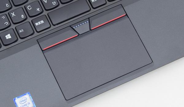一般的なタッチパッド(クリックパッド)も用意されています。サイズは実測で幅100×奥行き57mm。トラックポイントでもボタンを利用するために、左右のボタンはパッドの上部に配置されています