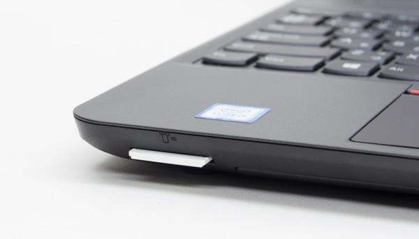 SDメモリーカードスロットは本体前面の左側に配置されています。挿入したカードは、数ミリ出っぱる程度
