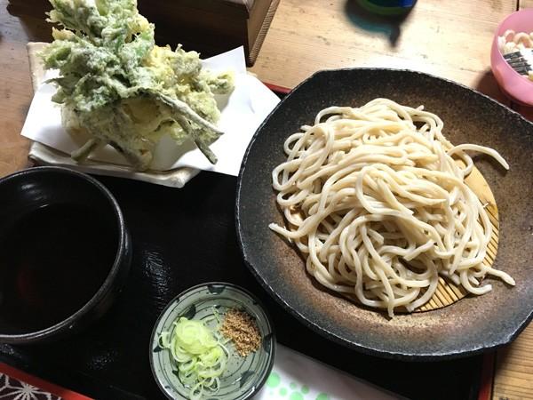 ときがわ町の「やすらぎの家」で、山菜天ぷら付きのうどんや肉汁うどんをいただきました