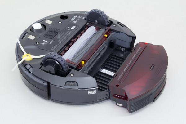 集められたゴミはダスト容器に回収されます。このときパワフルなモーターが真空状態を作り出し、スムーズかつ迅速にゴミが移動します