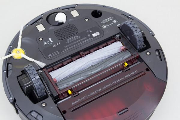 中央にある2本の筒状のようなものは「AeroForce エクストラクター」と呼ばれます。この部分が回転しながら、ゴミをかき集める仕組み