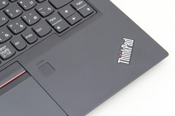 タッチパッドの右側に配置された指紋センサー