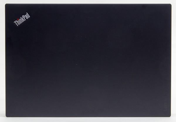 フットプリント(接地面積)は幅331×奥行き226.8mm。トップカバー(天板部分)はThinkPadでおなじみデザインです