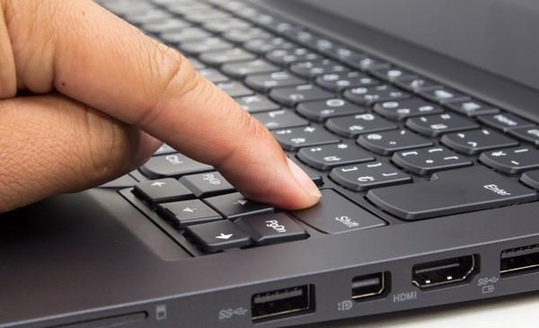 キーストロークは実測で2mm。一般的なノートパソコンと比べて深めです