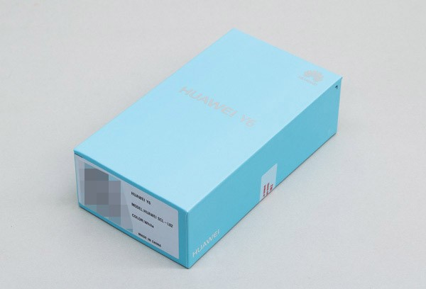 検証するために、HUAWEI Y6を購入しました。箱はファーウェイではおなじみのデザインです