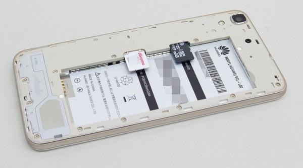 スロットは、バッテリー用空きスペースの側面に用意されています
