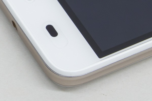 写真では少しわかりづらいのですが、液晶ディスプレイに透明の保護シートが貼られています