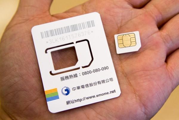 これ1枚で標準SIM、マイクロSIM、ナノSIMに対応。利用したいサイズのところで、切り分けます
