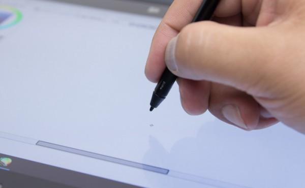 ペンを液晶ディスプレイから6mm程度離しても、しっかり認識されます。しかしそれ以上離すと挙動が安定しません