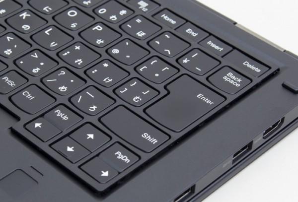 スタンドモードまたはタブレットモードではフレームが浮き上がり、キーが動かないように保護されています