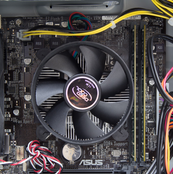 CPUのすぐ横には、メモリースロット