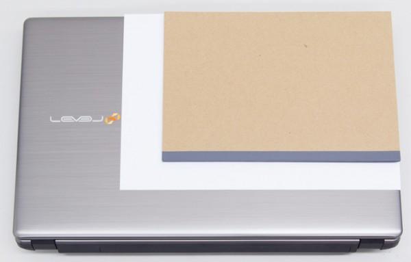 B5サイズ(幅257×奥行き182mm)のノートと、A4用紙(幅297バユ奥行き210mm)とのサイズ比較
