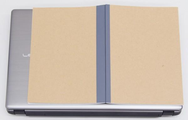 一般的なノートを開いた状態のB4サイズ(幅364×奥行き257mm)よりもひと回り以上大きめです