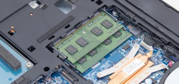 メモリースロットは2基。試用機では4GBメモリーが2枚使われていました