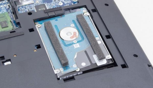 SATA接続の500GB HDD。自分で高速なSSDに交換できますが、作業に自信がない人はパーツカスタマイズを利用することをおすすめします