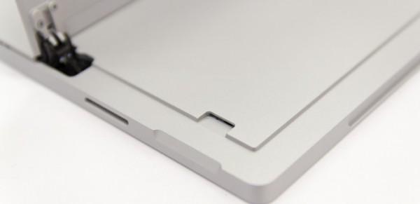 Surface Pro 4はヒンジの下にmicroSDメモリーカードスロットがありますけど……