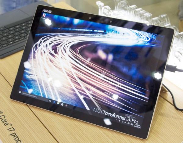 12.6型で解像度2880×1920ドットの液晶ディスプレイを搭載しています