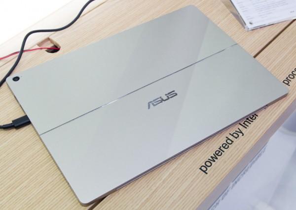 こちらはTrasnformer 3 Proです。Surface Pro 4ではありません